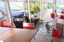Mladík ve fordu narazil do benzínové pumpy na D46 u Prostějova