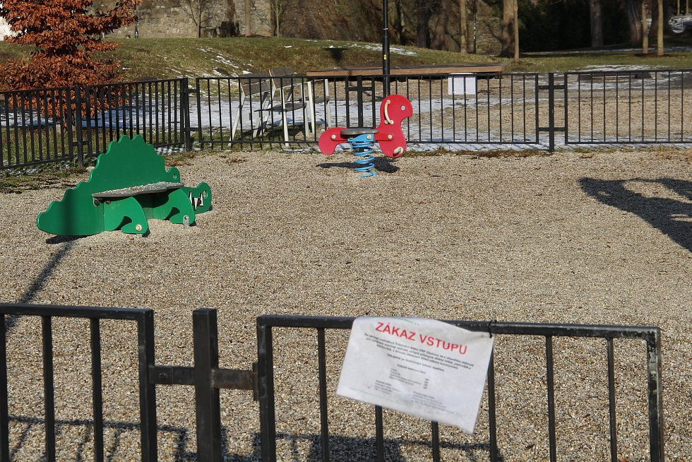 Vstup na dětská hřiště v Olomouci je na vlastní nebezpečí, v zimním období je dezinfekce strojem na páru neefektivní. Leden 2021
