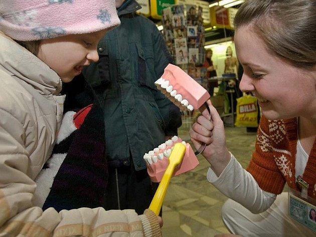 Studenti ukazovali lidem v olomouckých nákupních centrech, jak si správně čistit zuby