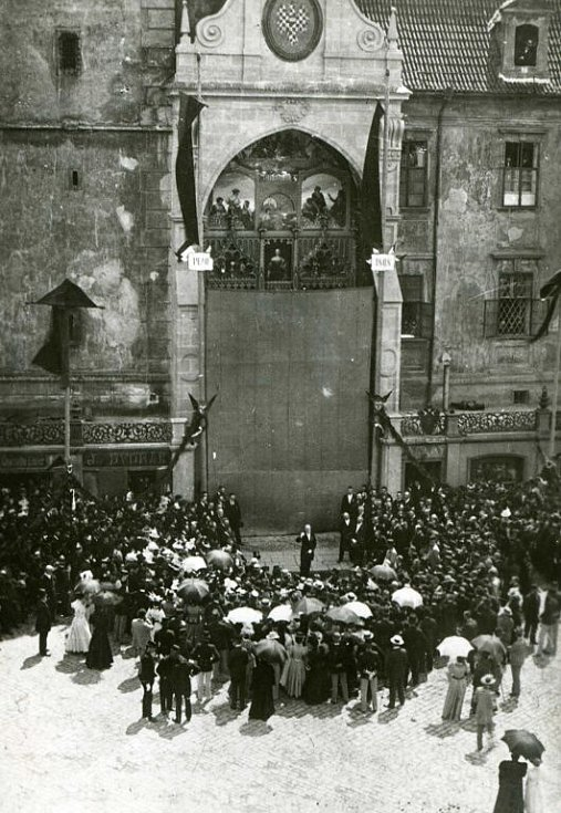 SLAVNOSTNÍ ODHALENÍ Dne 22. května 1898 se Olomoučané dočkali odhalení nového orloje, který nefungoval již víc než 70 let. Existovalo sice několik návrhů na jeho rekonstrukci, ale žádný z nich nebyl realizován.