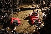 Voda z polí zaplavila autosalon v Holici