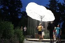 V olomouckých Smetanových sadech se ve středu 11. června rozsvítila kanadská instalace s názvem Mrak. Ten je tvořen stovkami žárovek, které mohou kolemjdoucí vypínat a rozsvěcovat.