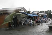 Stánkaři kvůli nárazovému větru schovávali zboží.
