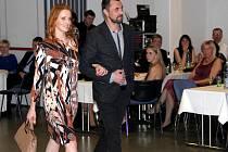 Ples Dobrého místa pro život. Modelky na módní přehlídce doprovodili fotbalisté Sigmy (na snímku Michal Ordoš). Ilustrační foto