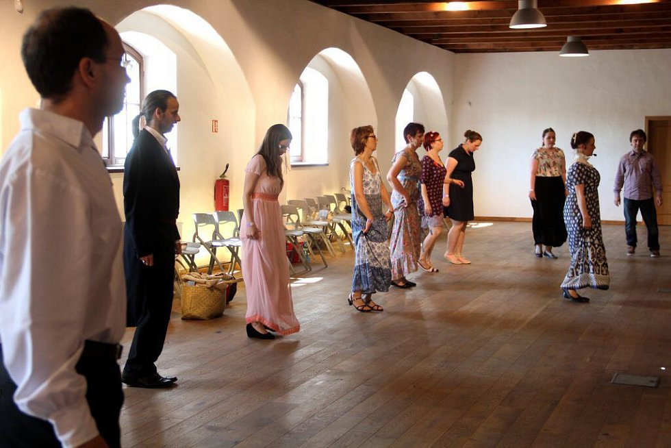 Empírový den v Olomouci -nácvik tanců v Pevnosti poznání