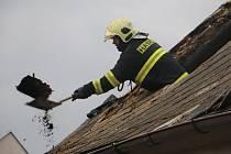 Požár střechy rodinného domu ve Šternberku