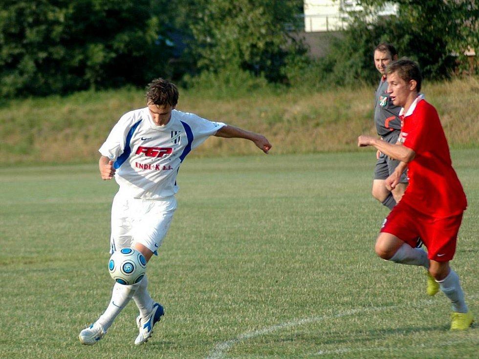 Fotbalisté Holice (v bílém) proti Konici