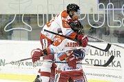 Olomoučtí hokejisté (v bílém) porazili Karlovy Vary 3:2 v prodloužení. Jiří Ondrušek.