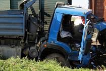 Srážka nákladního auta s vlakem u Babic