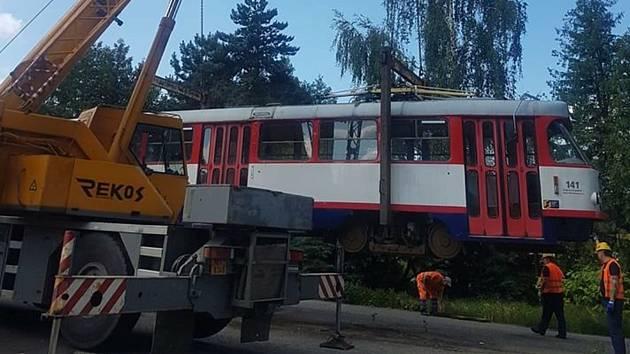 Odvážení tramvají z parkoviště v Legionářské ulici v Olomouci, 23. 6. 2020