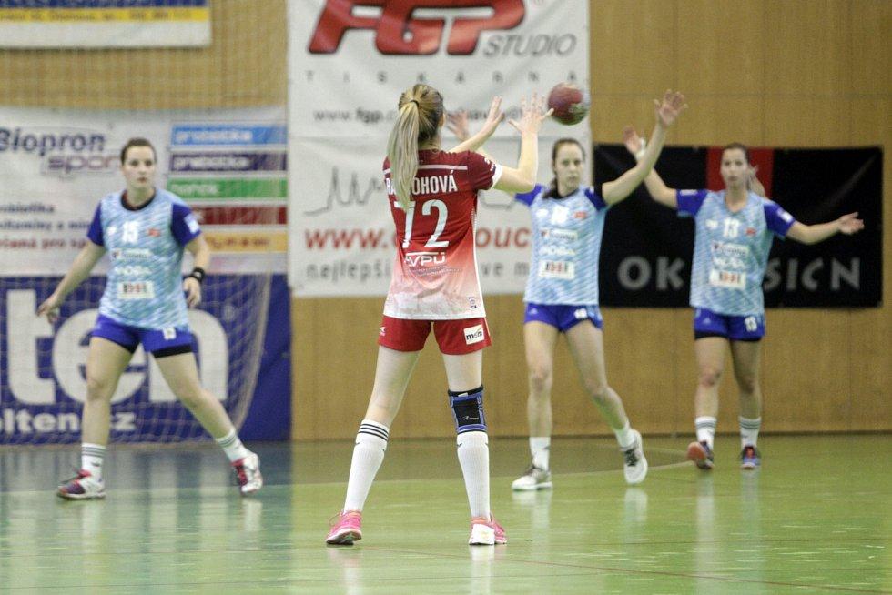 Olomoucké házenkářky prohrály s Trenčínem (v červeném) 27:28.