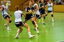 Olomoucké házenkářky (v tmavém) porazily v zápase 2. kola interligy Písek 33:17.