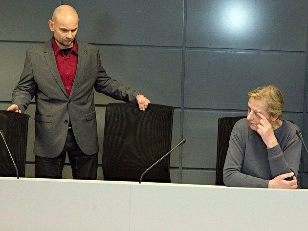 Prodejce závadného alkoholu Luděk Vejmola a prodavačka Jarmila Chýlková u krajského soudu v Olomouci
