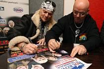 Uriah Heep na autogramiádě v olomouckém knihkupectví Votobia