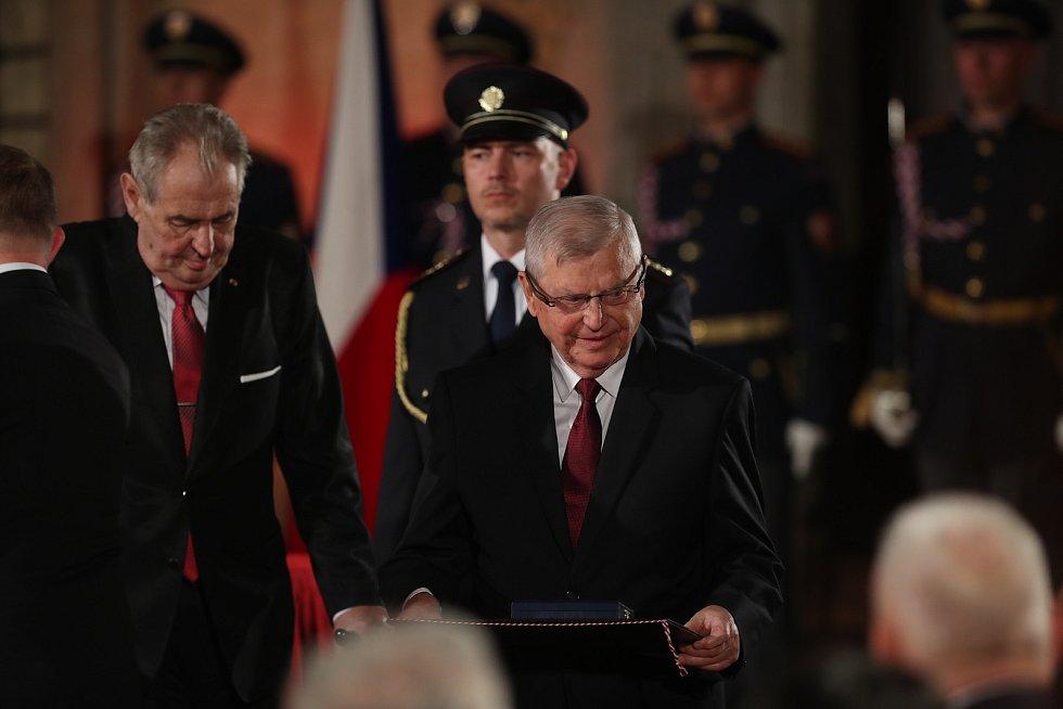 Miloš Zeman předal k výročí 28. října Medaili Za zásluhy I. stupně (za zásluhy o stát v oblasti vědy) také Josefu Podstatovi, lékaři který dlouhá léta působí v Olomouci.