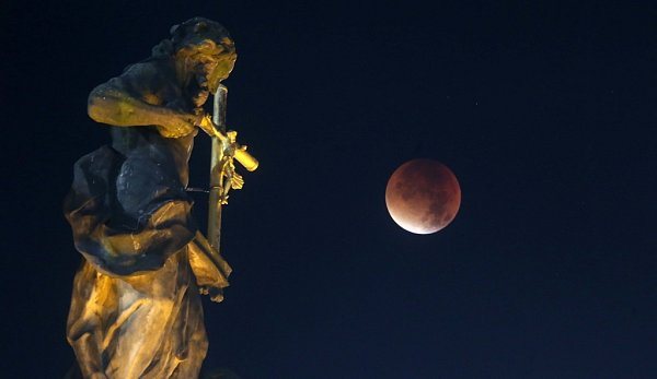 Krvavý měsíc nad Sloupem Nejsvětější Trojice na Horním náměstí vOlomouci