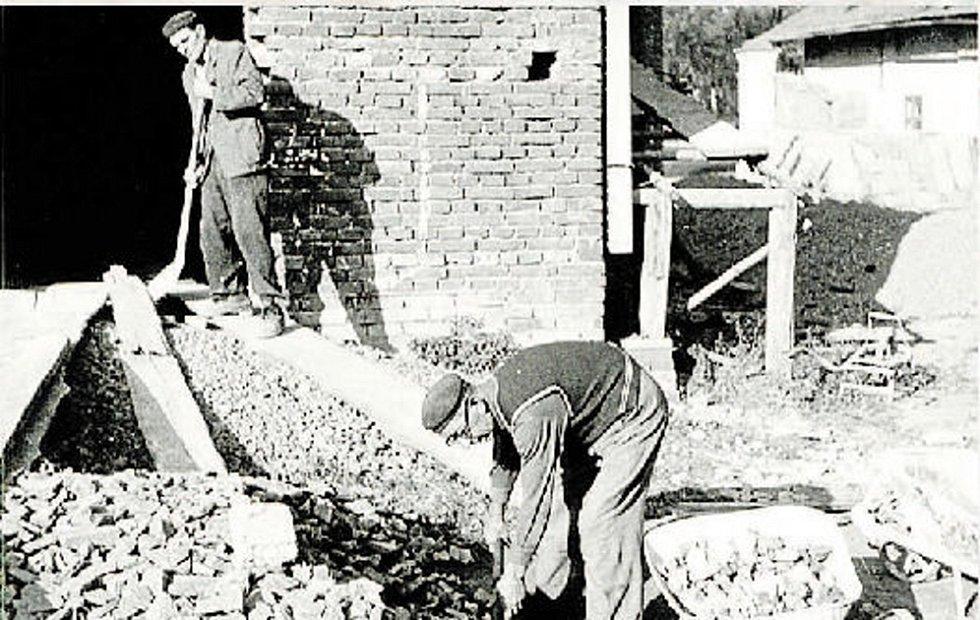 Brigádníci pracující na stavbě kulturního domu v letech 1955-1961.