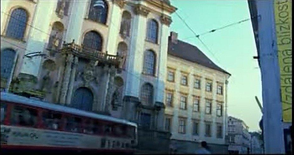 Screen z filmu Bloudím. Náměstí Republiky a pohled na kostel Panny Marie Sněžné