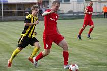 Nové Sady (ve žluto-černém) prohrály s Lanžhotem 0:2.