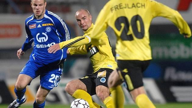 Martin Hudec proti dvěma hráčům soupeře.