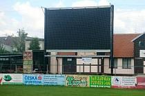 Velkoplošná obrazovka na stadionu holického HFK