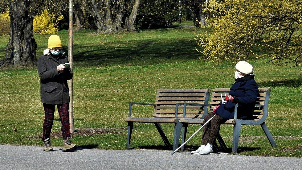 Slunečný den ve Smetanových sadech během nouzového stavu. Olomouc v čase koronaviru