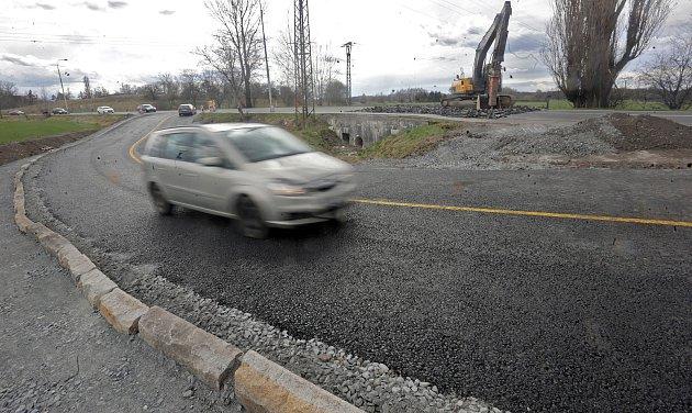 Provizorní asfaltová objížďka uzavřené silnice 46 u Týnečka
