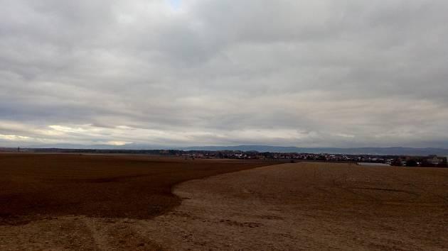 Pro podzimní rána jsou typické mlhy. V těchto dnech aby je pohledal. Pohled na Horku nad Moravou v neděli v 8.30 ze tři kilometry vzdáleného Křelova. Viditelnost desítky kilometrů.
