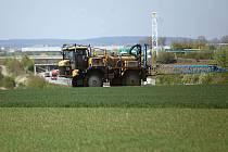 Přesné hnojení ozimé pšenice pomocí GPS nedaleko Olomouce.
