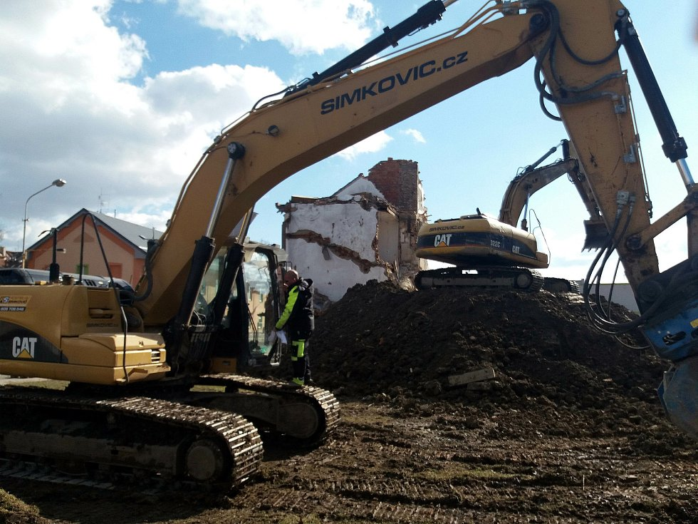 Bourání domu na stavbě tramvajové trati na Nových Sadech. 6. března 2021