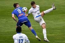 Utkání 29. kola první fotbalové ligy: Sigma Olomouc - Baník Ostrava, 24. dubna 2021 v Olomouci. (zleva) Pavel Zifčák z Olomouce a Jaroslav Svozil z Ostravy.