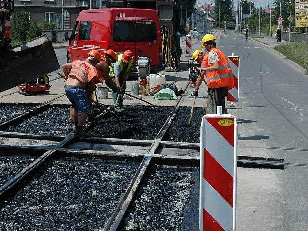 Práce na jednom z hodolanských železničních přejezdů