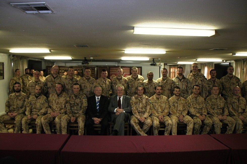 Společné foto prezidenta a ministra obrany s vojáky 1.Strážní roty Bagrám