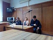 Ze dvou obžalovaných pracovnic Českých drah v pondělí  k Okresnímu soudu v Olomouci přišla jen Jana Stejskalová. Jarmila Soukupová (v době nehody Kohoutová) se nedostavila. (zleva: obhájkyně Jany Stejskalové, Jana Stejskalová, obhájce Jarmily Soukupové)