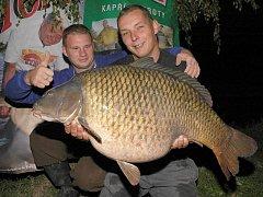 Kapr o váze 18 kilogramů - fenomenální úlovek týmu Master Carp z kaprářského maratonu v Tovačově