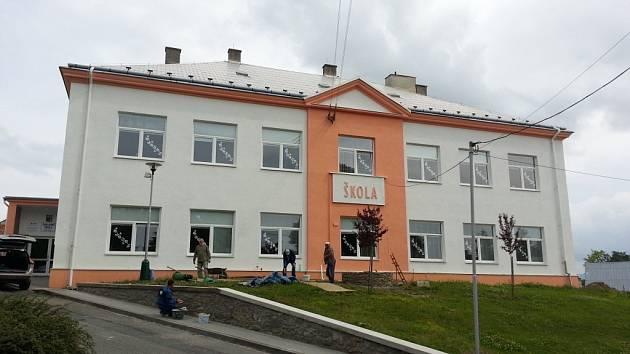 Okolí prvního stupně Základní školy ve Velkém Týnci na Olomoucku zdobí nedávno spravená opěrná zídku, držící svah před školou.
