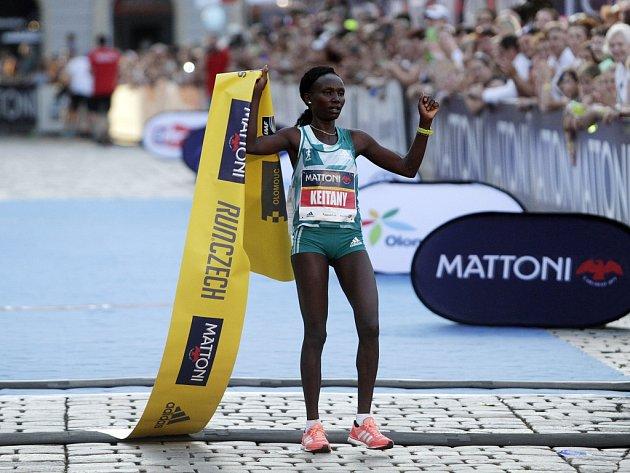 VOlomouci proběhl ve velkém horku další ročník půlmaratonu. Mary Keitany