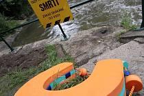 Záchranná podkova u jezu v Řepčíně, kterou vandal zahodil do řeky