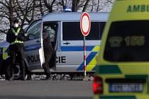 Policisté střeží vjezd do uzavřené Litovle - 16. března 2020