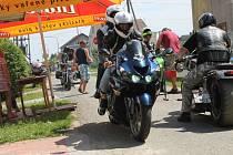 Našlapané mašiny a rocková hudba zněly v pátek a sobotu v obci Unčovice, kde se konal již devátý ročník motosrazu. Tradičně byla součástí akce vyjížďka do okolních obcí a měst, zábavné soutěže o motoceny či motokaskadér.