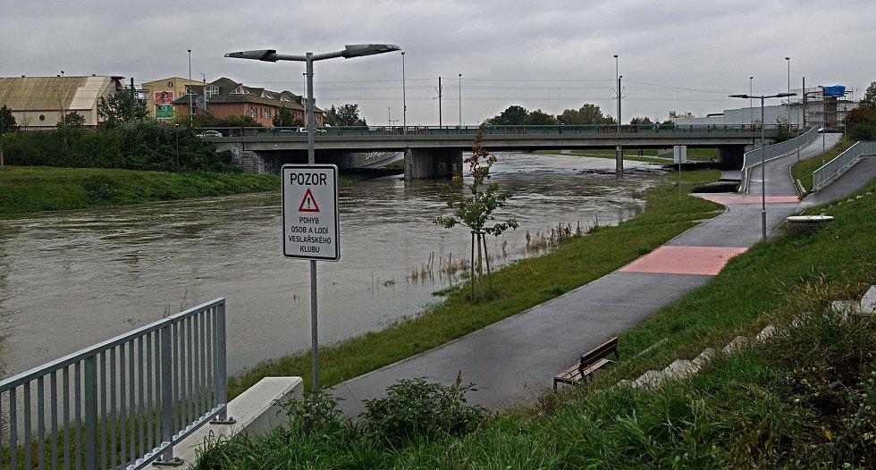 U mostu na třídě Kosmonautů. Řeka Morava na 2. SPA v Olomouci. 16. října 2020
