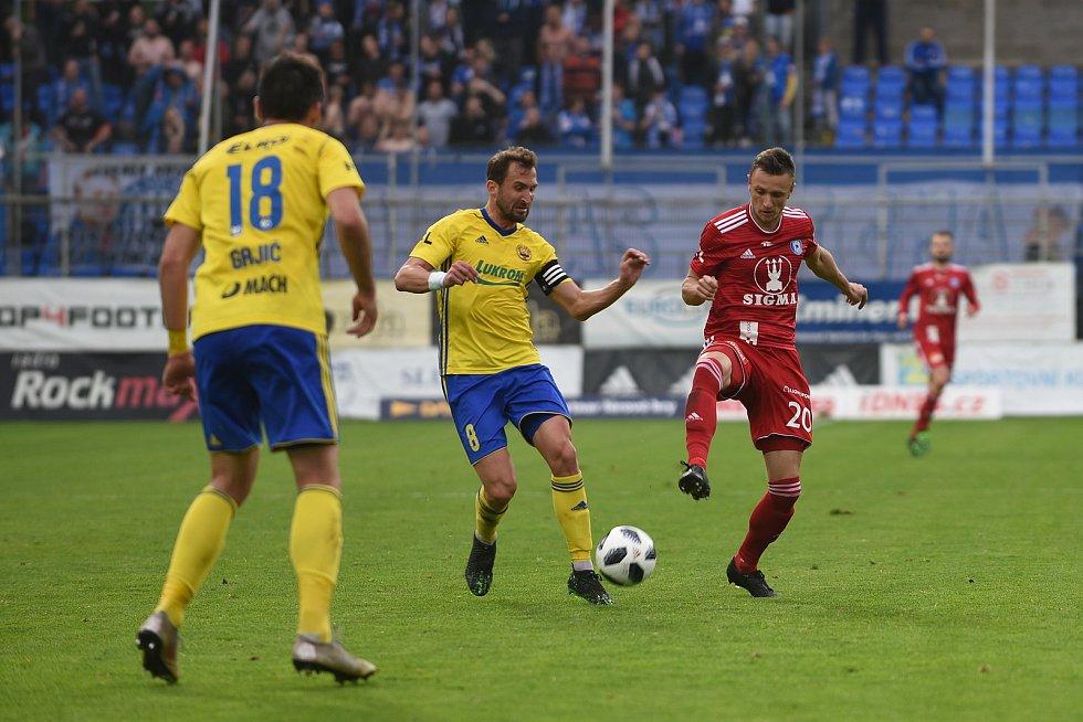 1. semifinálový zápas o Evropu - Fotbalisté Olomouce (v červeném) padli na hřišti Zlína 0:1.