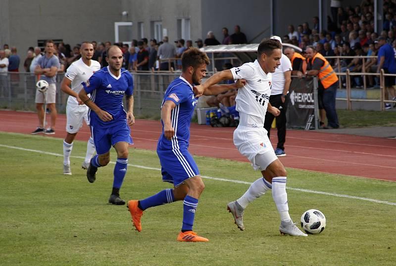 Baník (v bílém) porazil ve 2. kole MOL Cupu Uničov na jeho hřišti 2:0.