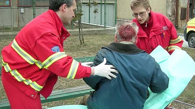 Záchranáři se chystají odvézt účastníka nehody.