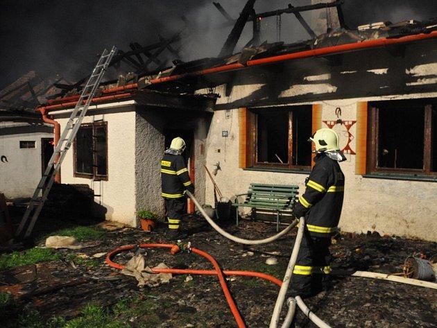 Hasiči zasahují u tragického požáru ve Štítech na Šumpersku