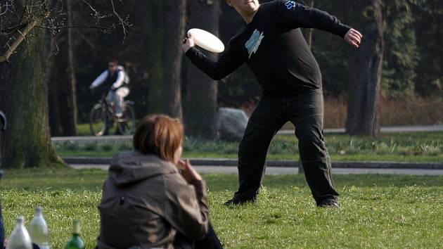 Lidé si v parku užívali letních teplot.