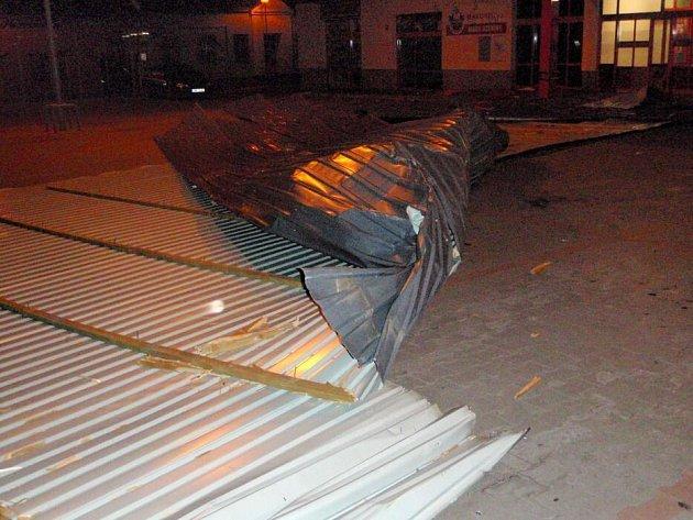 Silný vítr smetl ve Šternberku část střechy supermarketu