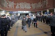 Policisté očekávají příjezd fans Baníku na olomouckém hlavním nádraží