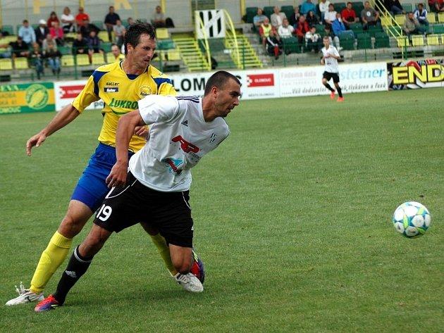 Fotbalisté 1. HFK Olomouc (v bílém)