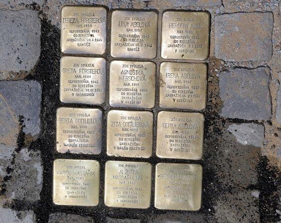 Dalších pětadvacet Kamenů zmizelých upozorňuje chodce volomouckých ulicích na tragické osudy Olomoučanů za druhé světové války. Na Komenského 7přibyli – Massařik Karel, Massařiková Alžběta, Hersch Friedrich